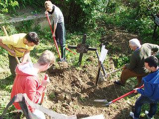 Caz terifiant in Valcea! Ce a gasit o familie in cavou, la 21 de ani de la inmormantarea unei tinere