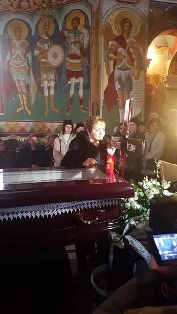 Ionela Prodan, sfarsita de durere la sicriul Ilenei Ciuculete! Cantareata a izbucnit in lacrimi la capatul artistei si, apoi, i-a pupat crucea! Video exclusiv!