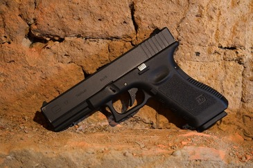 "Trei tineri din Buzau au amenintat cu un pistol de tip ""airsoft"" un sofer, in trafic"
