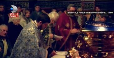 S-au rugat la Maica Domnului, iar icoana a inceput sa lacrimeze. Minune inainte de Paste? Ce spun enoriasii care au luat parte la asa-zisa minune