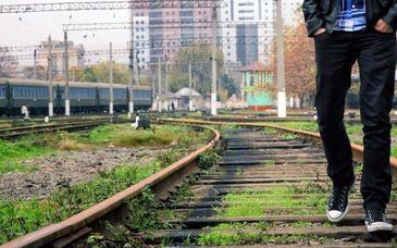 Tanarul care si-a facut selfie pe calea ferata a murit