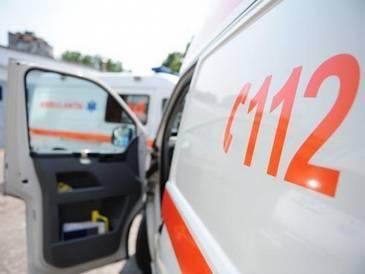 Un mort si un ranit grav, dupa ce masina in care se aflau s-a izbit violent de un pom de pe marginea unui drum din Buzau