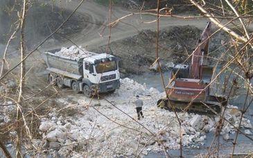 """Accident ecologic in Muntii Apuseni - """"Situatia este delicata. Nu o putem gestiona singuri"""" - Un baraj de decantare s-a spart, iar material poluant s-a deversat in apa"""