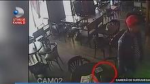 Hotul care a furat un telefon dintr-o cafenea din Arad a inceput sa ameninte patronul. Proprietarul localului spune ca a fost intimidat de prietenii hotului