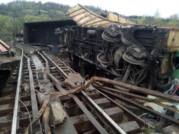 Calea ferata este distrusa pe o lungime de 200 de metri in zona accidentului din Hunedoara, iar trenurile vor circula deviat