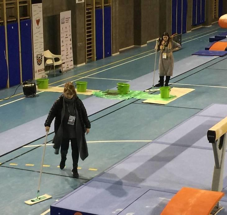 Ne-am facut de ras la Campionatul European de Gimnastica. In sala de antrenament a plouat iar Mariana Bitang a dat cu mopul