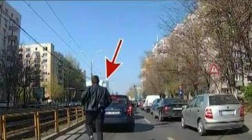 Scene incredibile suprinse in traficul bucurestean! Un sofer a fost filmat in timp ce snopeste in bataie un alt conducator auto