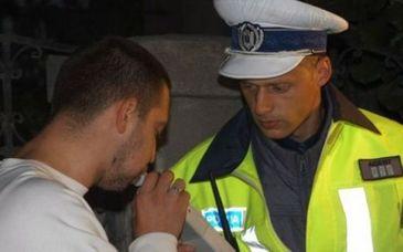 Politistii din Braila au oprit in trafic un tanar de 28 de ani care abia se mai tine pe picioare - Alcoolemia lui le-a dat peste cap apartele alcool-test