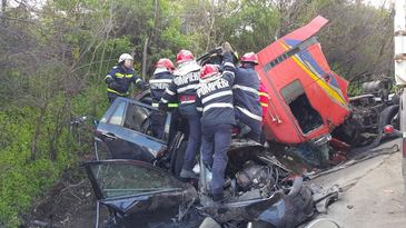 Accident cumplit in Olt! Cinci morti si un ranit intr-un accident in care au fost implicate un TIR si doua autoturisme. A fost activat Planul Rosu de interventie
