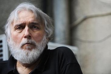 Cum arata mormantul lui Adrian Paunescu la aproape 7 ani de cand poetul s-a stins! Locul sau de veci e plin de verdeata si de lumanari – Video Exclusiv!