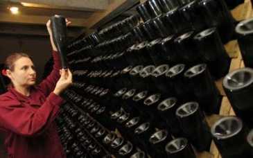 """Amesteca alcool, apa exogena si alte substante chimice, iar produsul final il vindea drept vin! Controversatul om de afaceri Dorin Marinescu, zis """"Piticu"""", arestat preventiv! A vandut 220.000 de litri de bautura contrafacuta"""