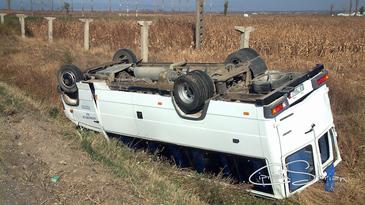 Microbuz cu 20 de copii, rasturnat in sant pe autostrada A1 Sebes - Orastie. Soferul a murit