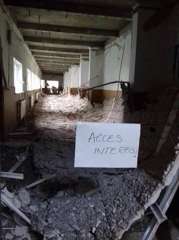 La Scoala 141 din Rahova a picat tavanul de la ultimul etaj. Patru fetite au fost prinse in clasa. Una dintre ele a fost intoxicata cu praf