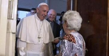 """Romanca din Ostia care s-a trezit cu Papa Francisc la usa a povestit totul: """"Am deschis. si mi s-au taiat picioarele"""""""