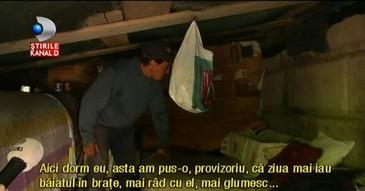 """Locuieste sub un pod si viseaza la o casa. """"Stau aici cu familia, dar sper sa nu imi ia statul copilul"""" - Drama unui iesean care a ajuns sa doarma sub cerul liber"""