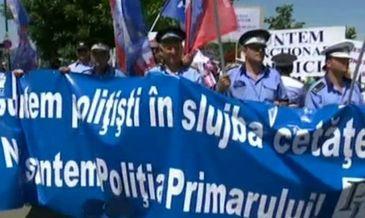 Aproximativ o mie de angajati din administratie locala protesteaza in fata Parlamentului.
