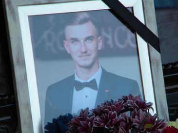Durere fara margini la Negrilesti, unde a fost inmormantat unul dintre cei cinci tineri morti in accidentul din Viisoara. Rafael avea doar 20 de ani