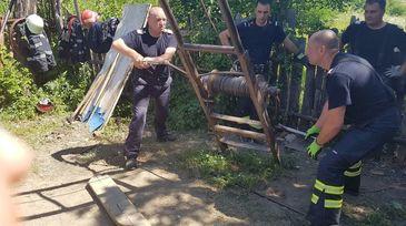 Interventie dificila a echipajelor de descarcerare. Mai multi pompieri incearca sa salveze viata unui tanar de 21 de ani, prins sub un mal de pamant