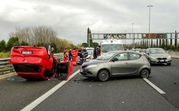 Accident grav pe Autostrada Soarelui. Doua masini s-au ciocnit, iar una dintre ele a luat foc