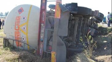 O autocisterna incarcata cu motorina si benzina s-a rasturnat pe A3 Bucuresti - Ploiesti. Traficul a fost deviat - Zece tone de benzina si 22 de tone de motorina, in cisterna. Se incearca transbordarea combustibilului