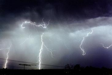 ANM: Cod portocaliu de furtuna in judetele Iasi, Bacau si Suceava, alte zece judete fiind sub cod galben in urmatoarele ore