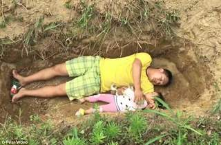 Desi are doar 2 ani, aceasta fetita are mormantul pregatit. In fiecare zi, ea si tatal ei se joaca in locul in care micuta isi va dormi somnul de veci. Povestea ei e cutremuratoare