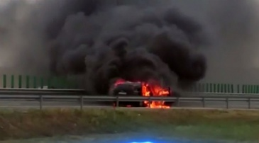 O masina a luat foc in mers, pe Autostrada Soarelui