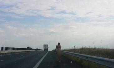 Un barbat gol pusca se plimba pe autostrada Arad-Timisoara.