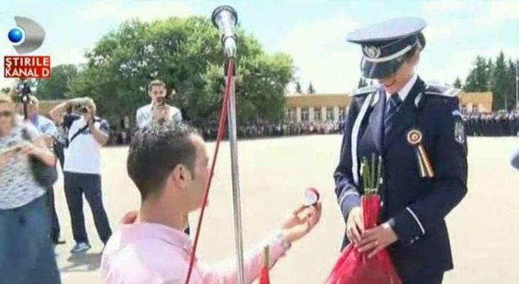 Moment emotionant la Scoala de Politie Campina. O tanara absolventa a fost ceruta in casatorie de iubitul ei - Totul s-a intamplat sub ochii ministrului Carmen Dan, care le-a facut si un cadou