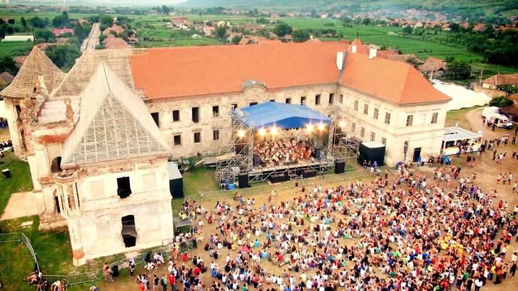 Peste 550 de participanti la Festivalul Electric Castle au avut nevoie de ingrijiri medicale, iar cinci au fost dusi la spital
