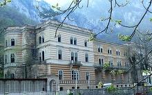 Hotelul bantuit din Baile Herculane, scos la vanzare! Legenda care invaluie cladirea veche din 1866