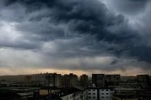 Treisprezece judete din intreaga tara, sub cod galben de furtuna in urmatoarele ore. Meteorologii anunta ploi, vijelii si grindina