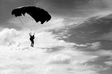 Un militar roman a murit in timpul unui exercitiu cu parasuta, in zona aerodromului Zarnesti