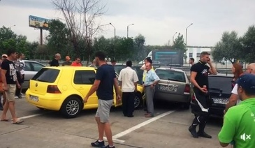 Trei membri ai unei familii, loviti de o masina in parcarea unei benzinarii de pe Autostrada Soarelui