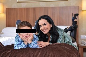 """Magda Vasiliu ii raspunde unui coleg de presa: """"Nu, nu pot sa-mi las copilul singur, pentru ca e in scaun cu rotile de trei luni"""""""