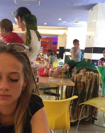 Imaginea care impartiti internetul in doua. Aceasta mama se afla la un restaurant din Romania, si-a pus copilul pe masa si l-a schimbat de scutec