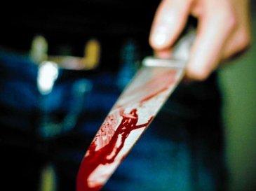 Un barbat din Vrancea si-a injunghiat in burta fiul de cinci ani. Apoi a intrat cu masina intr-un copac si a murit pe loc