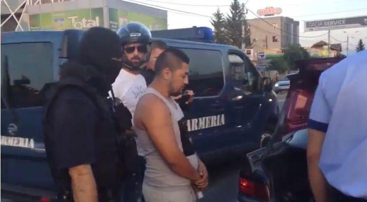Trei romi, aflati intr-un BMW, au fost batuti mar de un motociclist pe care l-au sicanat in trafic. Barbatul era luptator K1