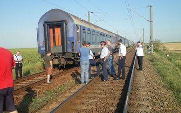 Tragedie pe calea ferata. O femeie si trei copii au murit. Circulatie blocata pe ruta Bucuresti-Constanta. Anchetatorii au gasit un bilet de adio. Femeia era insarcinata