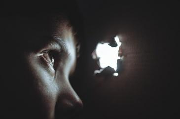 Copil bolnav de epilepsie, batut in sectia de politie de la Cotnasi. Declaratiile minorului