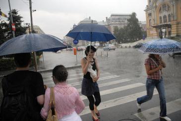 Vremea se raceste in toata tara, incepand de astazi, iar temperaturile vor scadea cu pana la 10 grade. 15 judete sunt sub cod galben de ploi