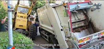 Imagini de groaza la Buzau. O masina de gunoi s-a scufundat intr-o gaura de canalizare