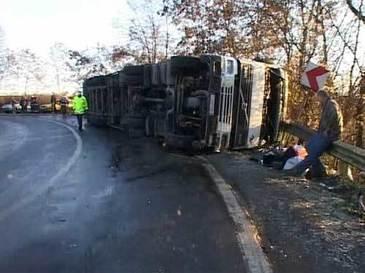 Accident pe DN 15D! Un TIR condus de un preot aflat in stare de ebrietate s-a rasturnat