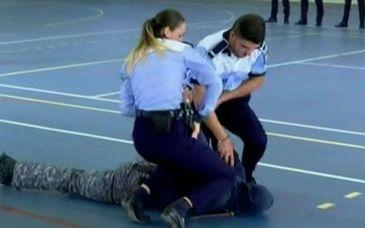 """Dupa episoadele cu """"Boureanu"""" si """"medicul de la maternitatea Giulesti"""", politistii iau lectii de autoaparare si imobilizare"""
