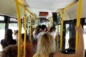 """Lovita fara mila si umilita intr-un autobuz din Italia pentru ca este romanca. """"Mi-a spus ca va urina pe hainele mele si a inceput sa ma bata"""""""