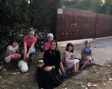Drama teribila a acestei mame din Gorj - A ramas pe drumuri impreuna cu cele cinci fete ale ei - Viorica si pierdut fiul si casa intr-un mod tragic! Afla cum o poti ajuta
