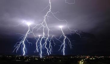 Avertizare meteo! Cod galben de furtuna. Vin vijeliile si grindina