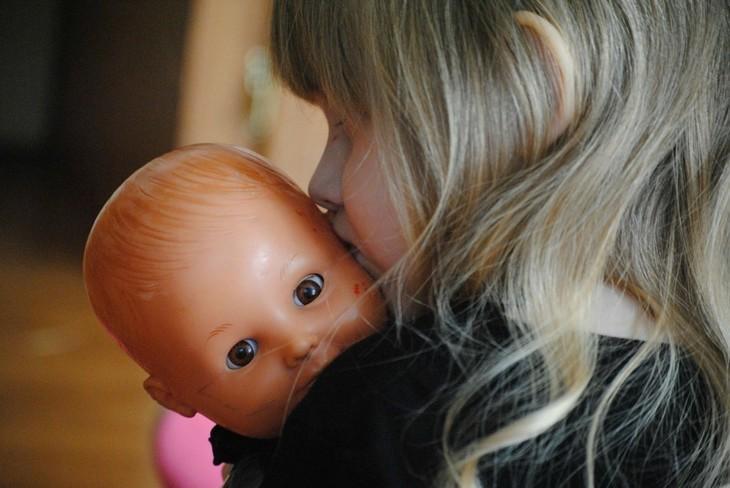 "Tatal a violat-o de la 4 ani, dar abia dupa alti 17 ani i-a spus mamei! Silvia isi aduce aminte cand s-a intampla prima oara:""Eram mica, cu o papusica in mana..."""