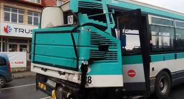Un autobuz de transport persoane a fost implicat intr-un accident pe DN2 - O persoana a fost ranita