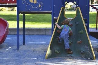 Incident la un loc de joaca din Portul Tomis - un copil de 4 ani a cazut printre scandurile structurii unui tobogan